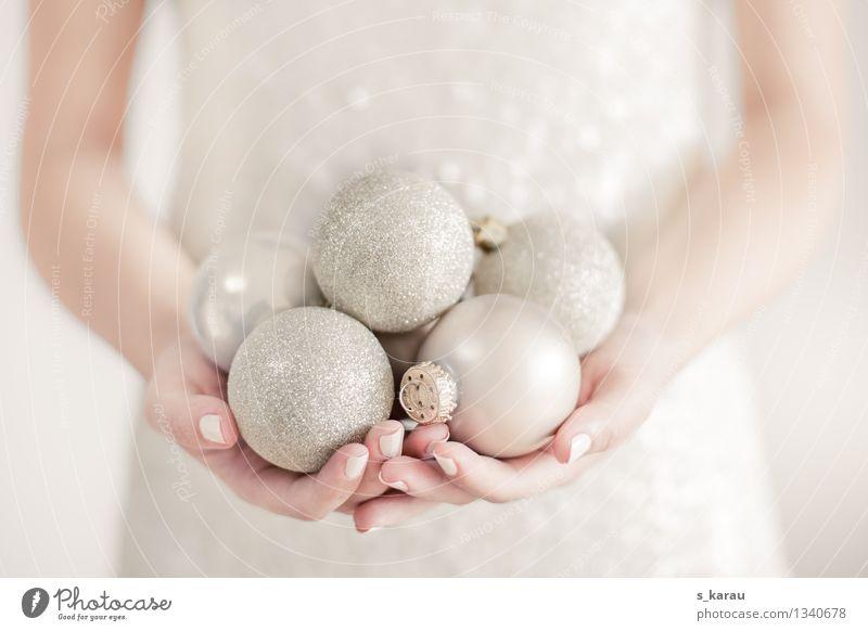 Weihnachtstimmung Mensch Weihnachten & Advent schön Hand Winter Gefühle feminin Feste & Feiern Stimmung hell glänzend elegant gold Arme Finger Kleid