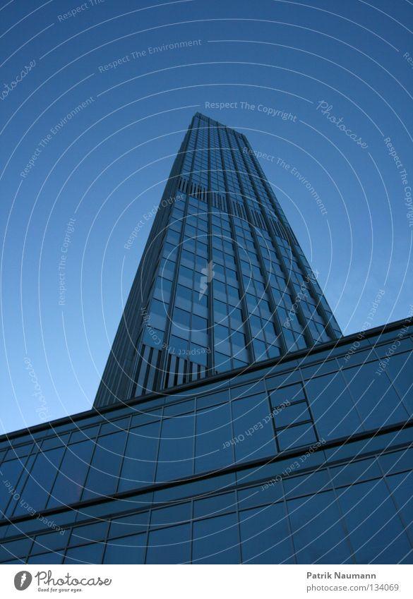 Wolkenkratzer Himmel Stadt blau Haus Metall Hochhaus hoch Turm unten Skyline Frankfurt am Main Börse kurz