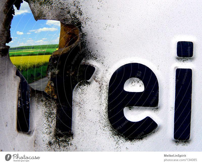 Frei(heit) Freiheit Wolken Verkehr Straße Stahl Rost Schriftzeichen Schilder & Markierungen Hinweisschild Warnschild Verkehrszeichen frei kaputt blau gelb grau