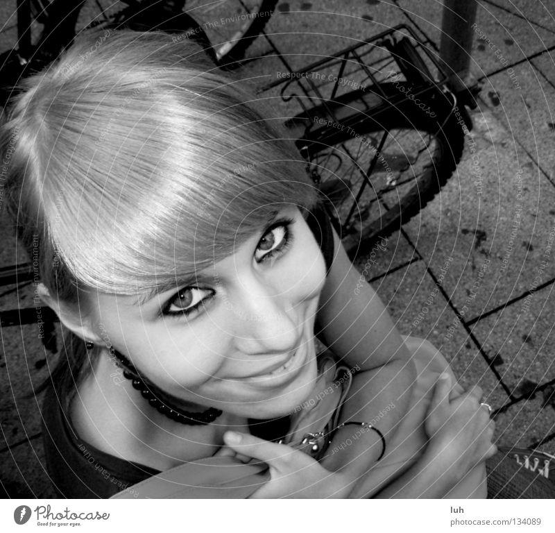 lang ist's her... Freude Glück Gesicht Sommer Jugendliche lachen sitzen Fröhlichkeit heiß grau schwarz weiß Stimmung grinsen Gute Laune sommerlich b/w youth