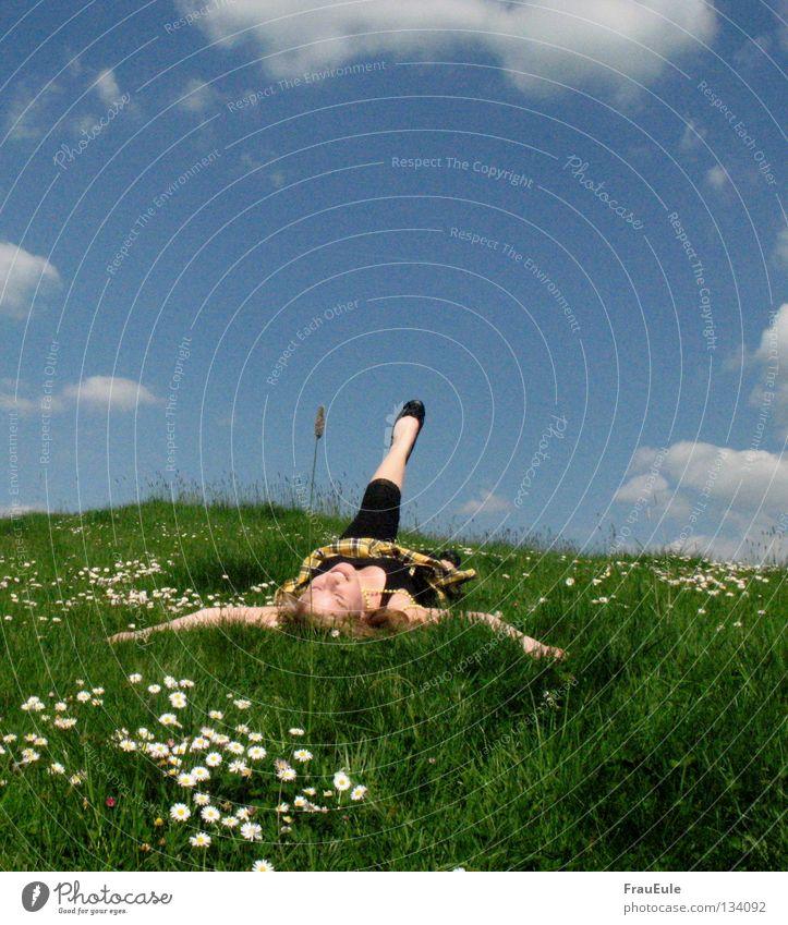 Sommer, Sommer Sonnenstrahlen genießen abstützen Wiese Wolken weiß grün Blume Gänseblümchen Löwenzahn Hügel Jahreszeiten Erholung Perle Perlenkette Minirock Top