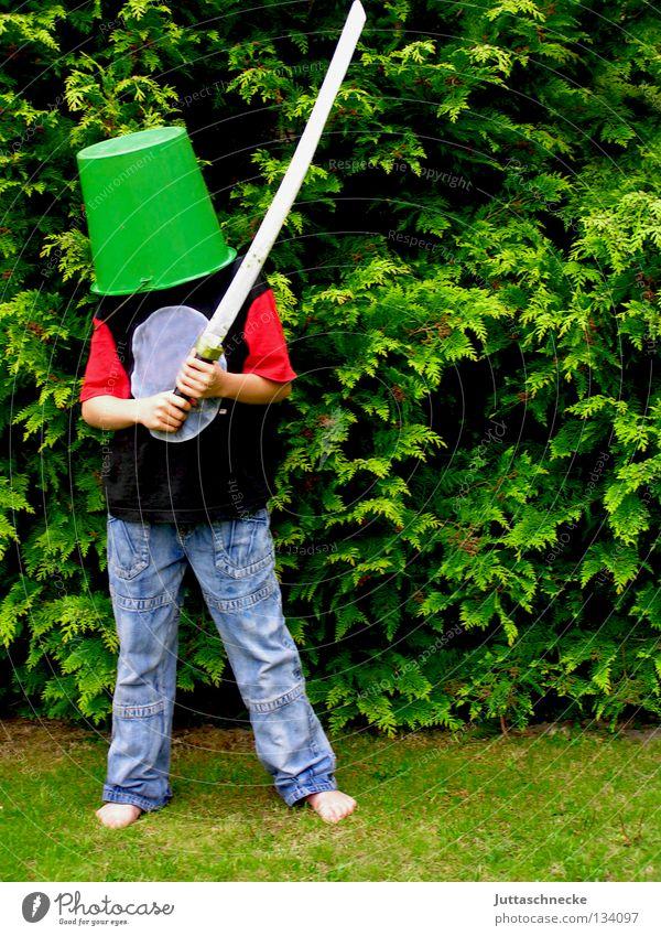 Don Quichote Junge Kind Eimer Kübel Schwert Spielen grün Helm Sportveranstaltung kämpfen verkleiden Freude Kommunizieren Ritter Garten Schutz Holzschwert