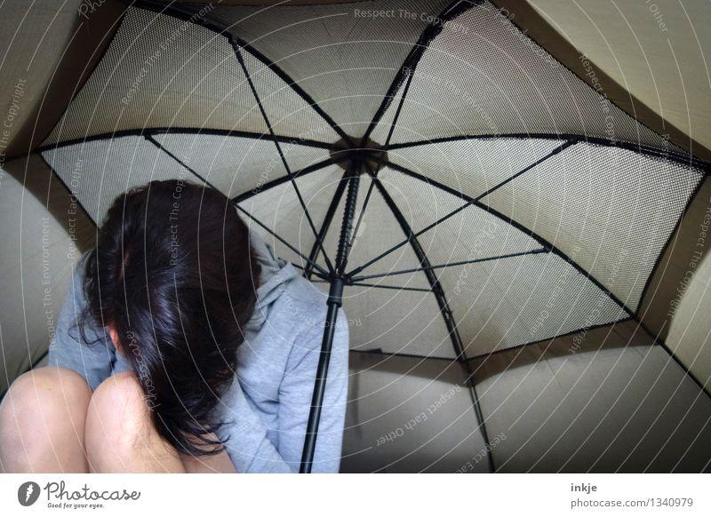 wenn der Regen einsetzt Mensch Frau Einsamkeit Erwachsene Leben Traurigkeit Gefühle Lifestyle Stimmung Körper Schutz Trauer Regenschirm verstecken Verzweiflung