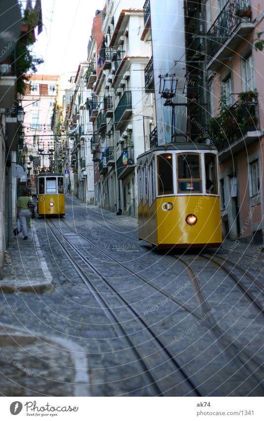 Bergauf Lissabon Straßenbahn gelb Gleise Verkehr