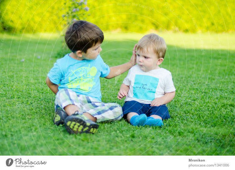 Brüder Mensch Kind lustig Familie & Verwandtschaft Zusammensein Kindheit sitzen Kommunizieren Baby Kindergruppe Kleinkind 0-12 Monate Bruder Zärtlichkeiten Geschwister 3-8 Jahre