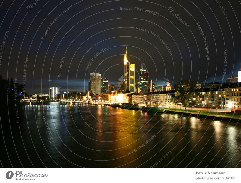 Skyline bei Nacht I Hochhaus Börse Frankfurt am Main Sonnenuntergang Sonnenaufgang Licht Langzeitbelichtung Stadt Börsenstadt Mainhattan Wasser Küste Blue Hour