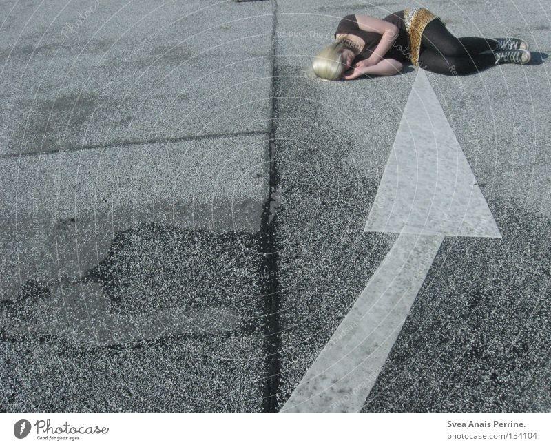 ========== ] Jugendliche weiß Straße Tod Traurigkeit blond Erde Schilder & Markierungen nass liegen schlafen Boden Trauer Frieden Vertrauen Pfeil