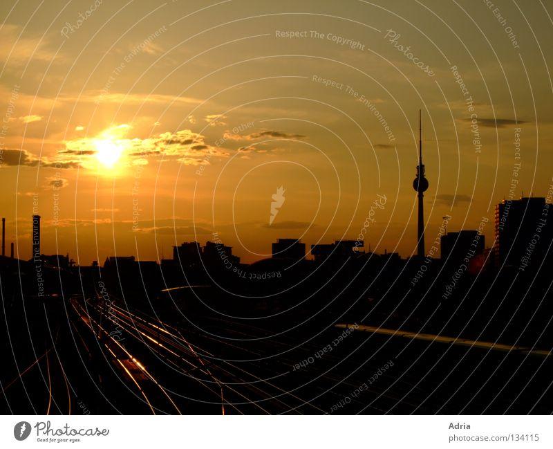 Berlin lässt grüßen Alexanderplatz Dämmerung Abend Gleise S-Bahn Sonnenuntergang Wolken Romantik Sehnsucht Außenaufnahme Berliner Fernsehturm Abenddämmerung