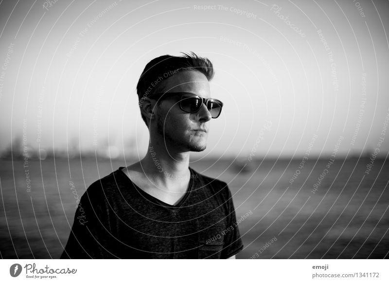 Portrait maskulin Junger Mann Jugendliche 1 Mensch 18-30 Jahre Erwachsene Sonnenbrille Coolness trendy einzigartig Schwarzweißfoto Außenaufnahme Tag