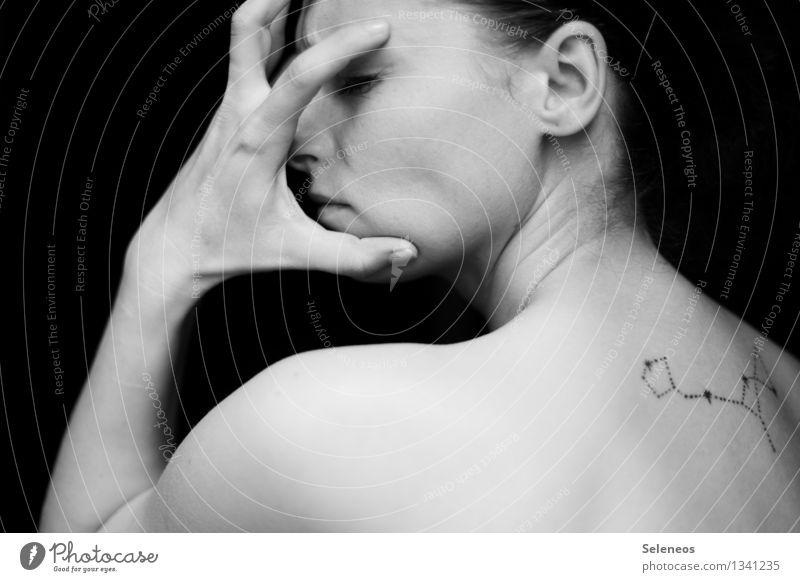 Schmerz Haut Gesicht Mensch feminin Frau Erwachsene Haare & Frisuren Auge Ohr Nase Mund Arme Hand Finger 1 Tattoo Gefühle Kopfschmerzen Schwarzweißfoto