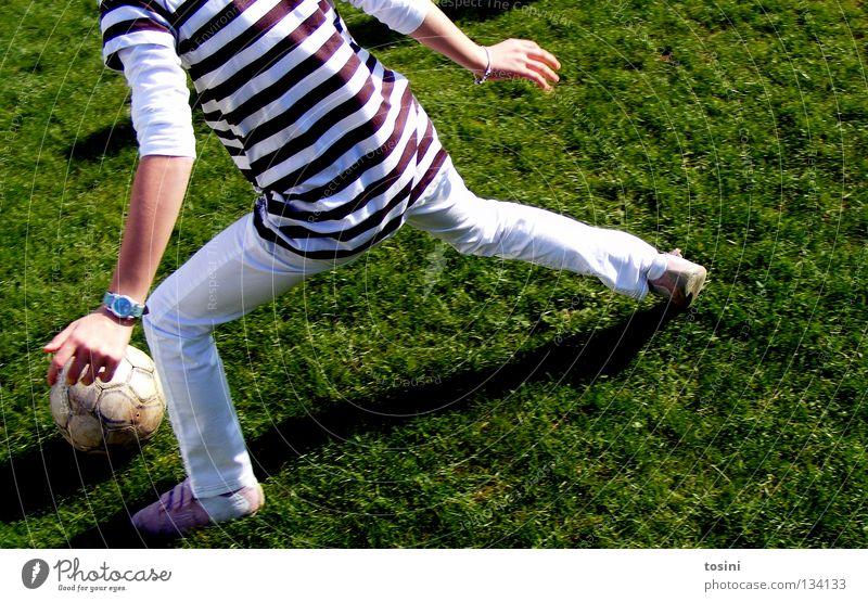 kleine Torhüterin grün Mädchen Gras Garten Fußball Aktion rund Ball Rasen Leidenschaft Kind Fußballplatz Defensive treten Fußballer