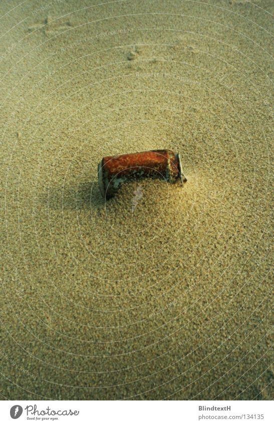 Rusty Can Dose Strand verweht Einsamkeit vergessen rot beige gestrandet Vergänglichkeit Küste Erde Sand Rost dramatisch