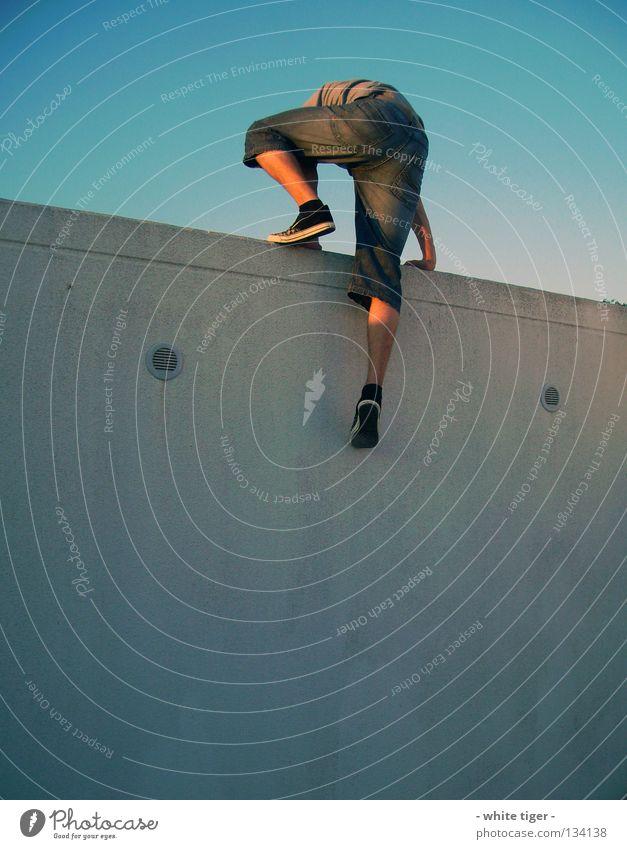 Garage-Climbing Mensch Himmel blau Hand weiß schwarz Wand Spielen grau Mauer Beine Fuß Freizeit & Hobby Arme elegant Haut