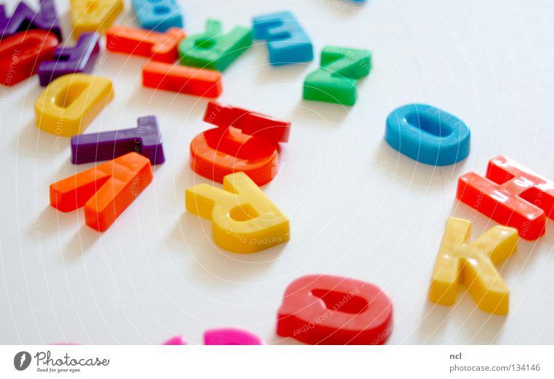 Buchstaben ACHT mehrfarbig gelb grün rot weiß Wort Magnet chaotisch durcheinander unordentlich Zusammensein Schriftzeichen Dekoration & Verzierung letter