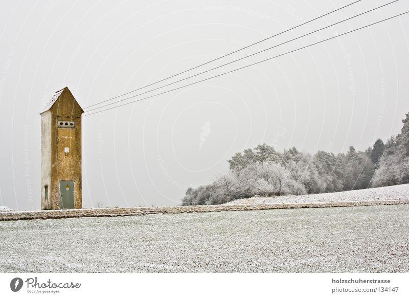 Franken -- 01 Winter kalt weiß grau gelb Elektrizität Feld trüb Transformator ruhig Außenaufnahme Weitwinkel Energiewirtschaft Kabel Pfeil Schnee Raureif Himmel