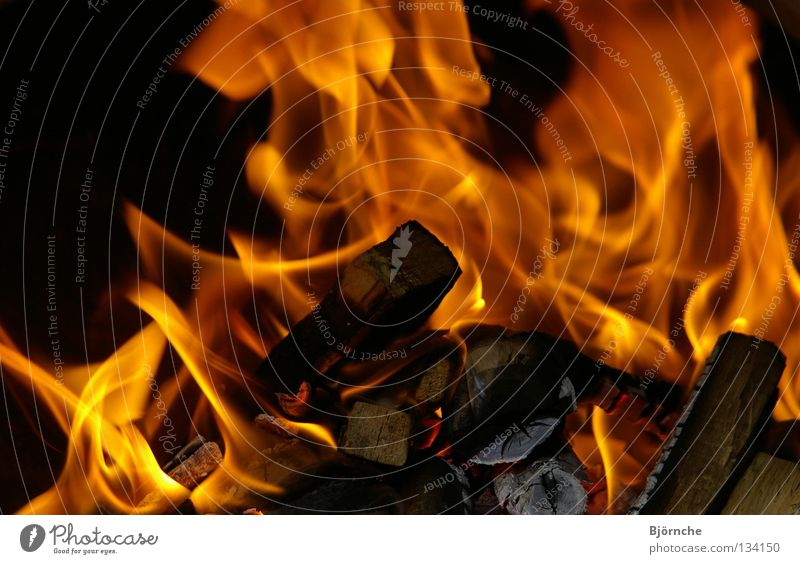Feuer und Flamme schön rot schwarz gelb Lampe Holz Wärme hell Brand Sicherheit gefährlich Romantik bedrohlich Physik heiß