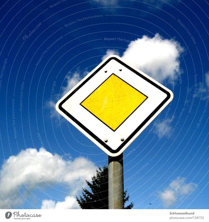 Achtung Vorfahrt Himmel blau Baum Wolken Schilder & Markierungen Tanne Eisen Gesetze und Verordnungen Stab Verkehrsschild Straßennamenschild Vorfahrt Hauptstraße