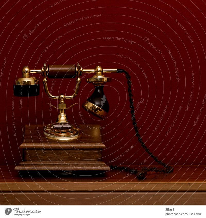 Telefon Lifestyle Tisch Raum Medien alt retro braun gold rot schwarz Farbfoto Innenaufnahme Menschenleer Textfreiraum rechts Textfreiraum oben Tag