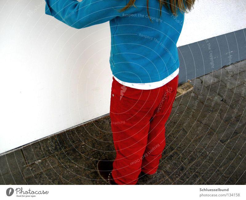 Vor verschlossener Tür Kleinkind Pullover Schuhe Stein braun grau rot weiß Wand Mädchen Hose stehen Steinboden Rückansicht Farbfoto mehrfarbig Außenaufnahme Tag
