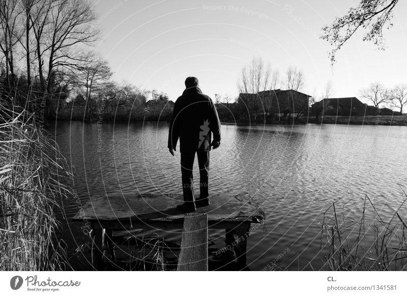 zuhause am meer Mensch Mann Erwachsene Leben 1 Umwelt Natur Landschaft Wasser Wolkenloser Himmel Herbst Winter Schönes Wetter See Steg stehen kalt ruhig Idylle