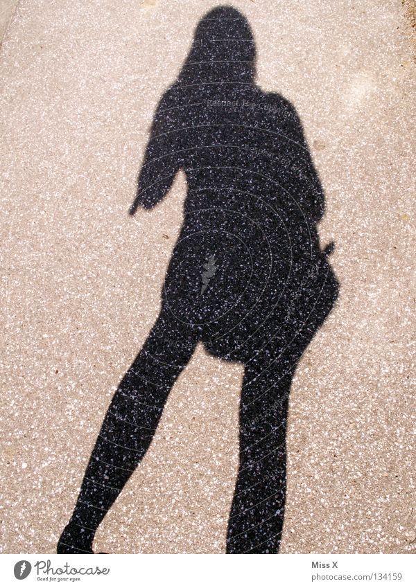 die beste Freundin der einsamen Fotografin ;-) Frau schwarz Straße grau Beine Erwachsene Asphalt steinig