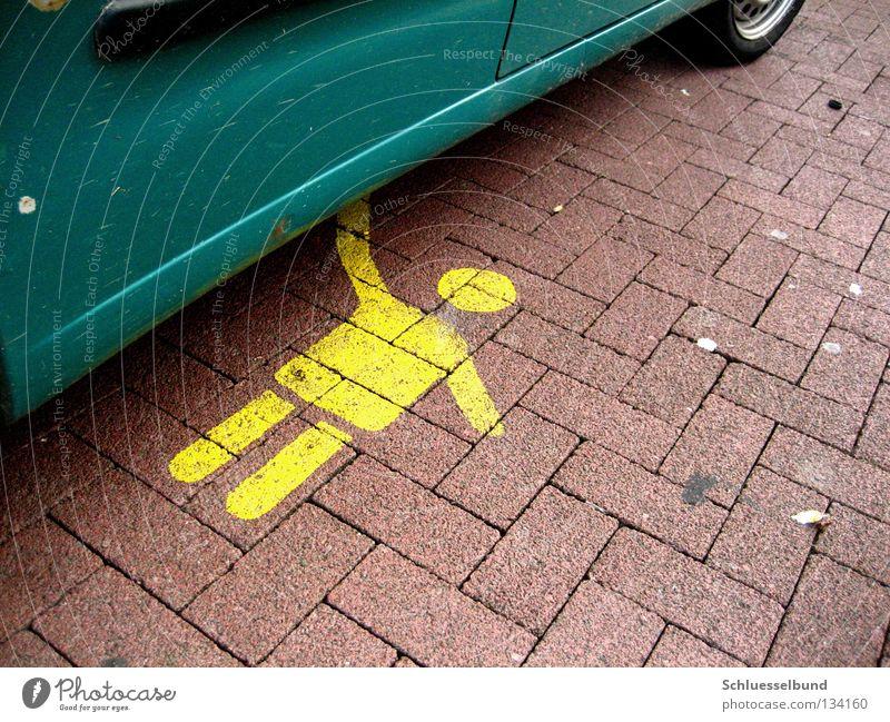 Ist das meine Mama? Kind grün rot schwarz gelb PKW Schilder & Markierungen liegen Zeichen Symbole & Metaphern Verkehrswege Parkplatz anonym Pflastersteine