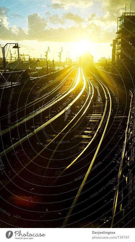 immer weiter Gleise Gegenlicht Sonnenuntergang U-Bahn S-Bahn Beleuchtung glänzend Strahlung vorwärts geradeaus Bahnhof Hamburg Himmelskörper & Weltall Hafen