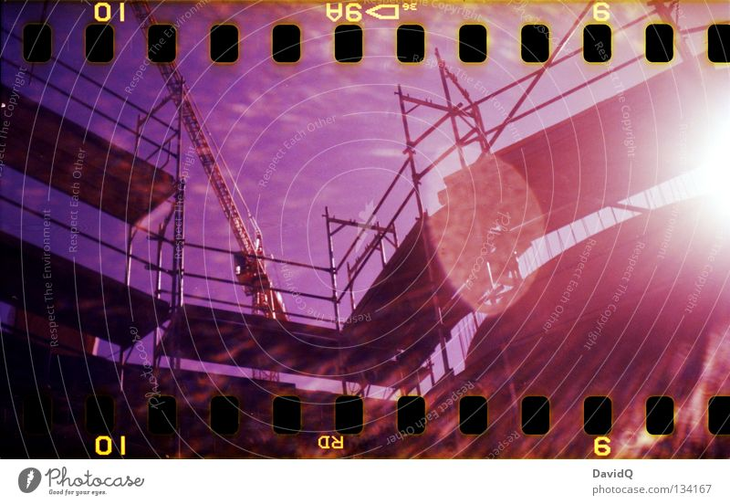 under construction Baustelle Gestell Kran Sonnenstrahlen Lichtfleck mehrfarbig Filmmaterial Handwerk Lomografie Baugerüst Blendenfleck Farbe color 35mm
