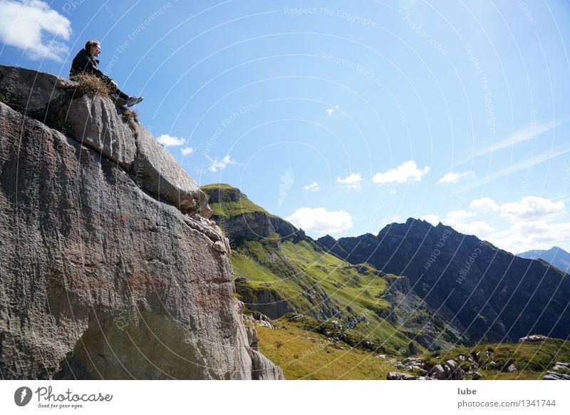Top Rank Junge Frau Jugendliche 1 Mensch Umwelt Natur Landschaft Himmel Sommer Klima Wetter Schönes Wetter Felsen Alpen Berge u. Gebirge Gipfel beobachten Glück