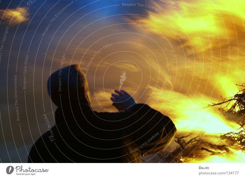Inferno Spirituosen Mann Erwachsene Hand Himmel Wärme Wüste dunkel heiß hell blau gelb schwarz Schutz Angst Osterfeuer Ostfriesland Bratwurst grell brennen