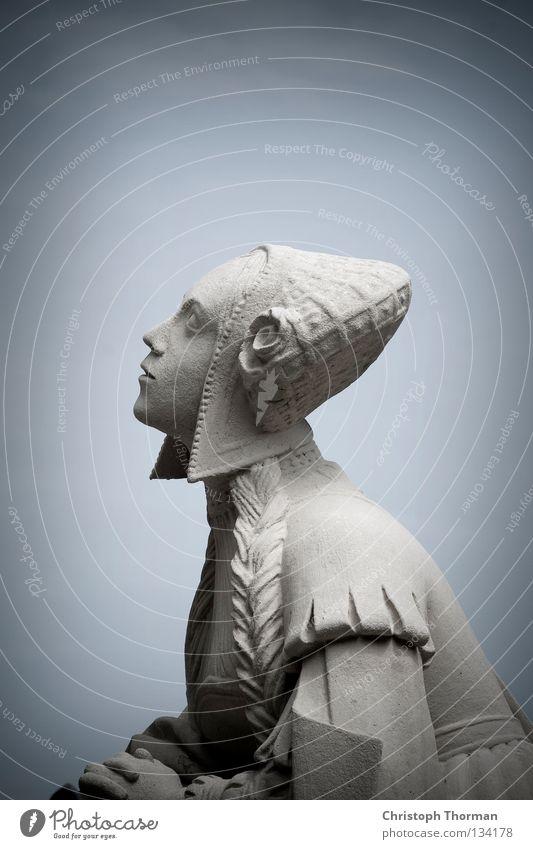 Heart Made Of Stone Statue Denkmal Granit hart kalt grau Frau Kleid Tracht Mütze Kopfbedeckung hell-blau bewegungslos historisch Antiquität antik heilig