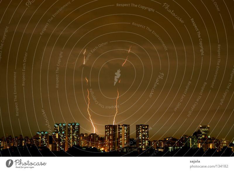 doppelblitz Himmel Stadt Wolken dunkel Fenster grau Stimmung nass Hochhaus Horizont Aussicht bedrohlich Asien Blitze Skyline Gewitter