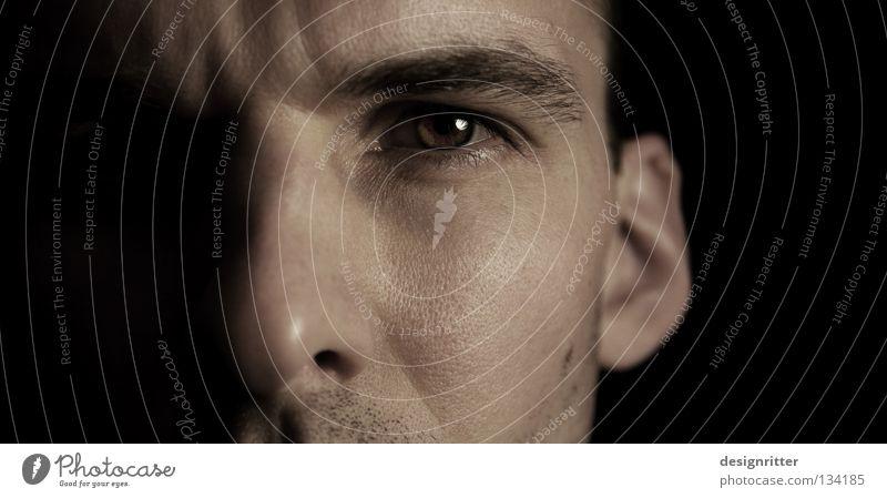 Wer bist du? Mann zielstrebig Entschlossenheit Mut Verschiedenheit Aussehen entdecken Erkenntnis beobachten dunkel Orientierung Suche Blick ansammeln