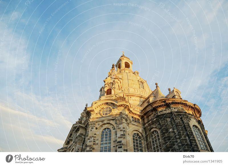 Wider den Wahnsinn Tourismus Sightseeing Städtereise Himmel Wolken Sonnenlicht Sommer Schönes Wetter Dresden Stadtzentrum Altstadt Kirche Dom Turm Fassade