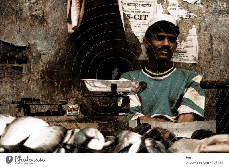 Selling Fish in Neral Händler Indien Waage Inder verkaufen Handel Ernährung Markt stehen Fisch Fischverkäufer
