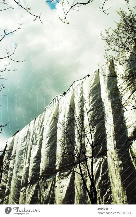 Verplant Baustelle Gewerbe Bauleiter Bauarbeiter Baugerüst Abdeckung Bauplane Fassade verdeckt blasen Sturm Wolken Wolkendecke Fälschung