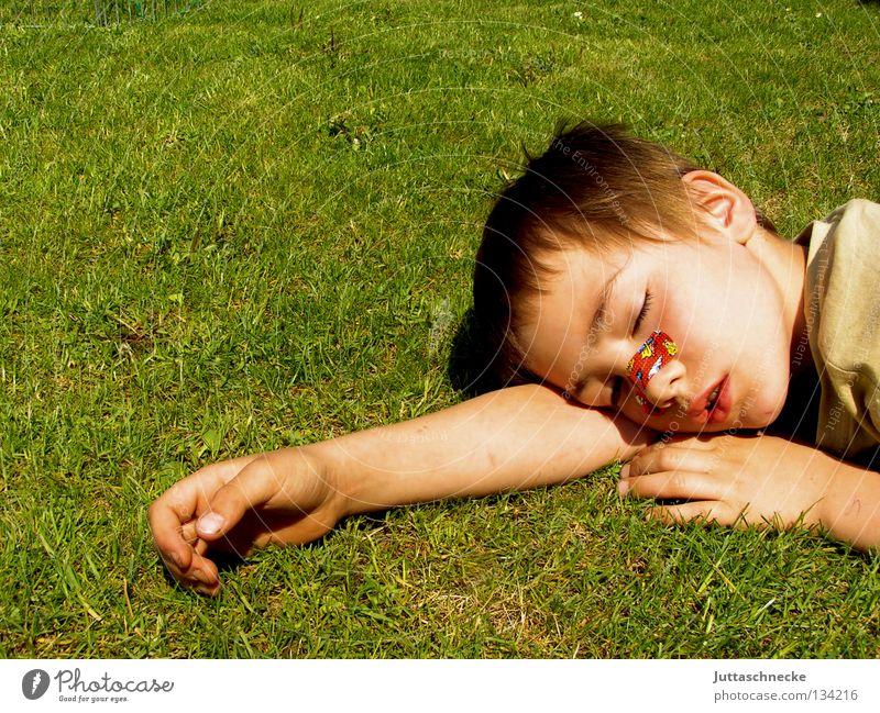 Müde bin ich, geh zur Ruh... Junge Kind schlafen Pause Erholung anstrengen Müdigkeit Knockout Sommer Physik gemütlich bequem Gras Wiese Frieden Schnarchnase