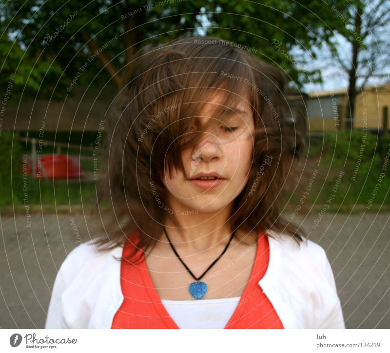 Struwwelpeter Jugendliche Sommer kalt Gesicht Frühling Haare & Frisuren braun Wind geschlossen kaputt Jahreszeiten brünett Knoten extrem geschlossene Augen zerzaust