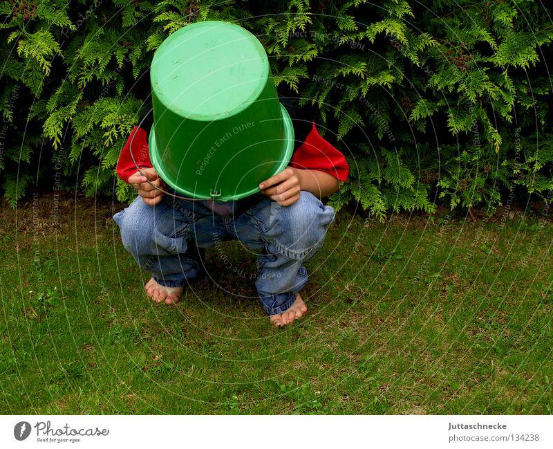 El Torro Kind Freude Junge Wiese Spielen Gras Garten verrückt Rasen Kommunizieren Schutz geheimnisvoll verstecken Schutzbekleidung Hecke