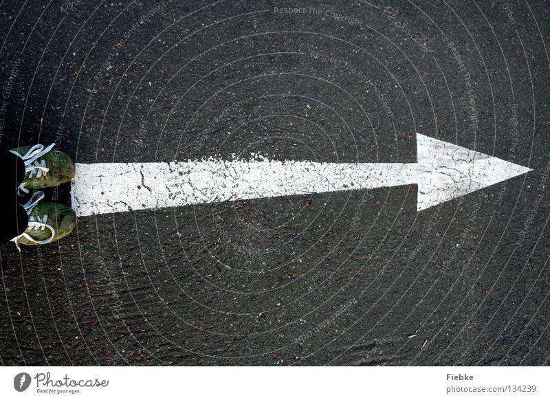 PFEILgerade Pfeil Bodenbelag Straße Verkehr grau Schilder & Markierungen abbiegen Wege & Pfade Wegweiser Wegekreuz zeigen Navigation Hinweisschild Warnhinweis