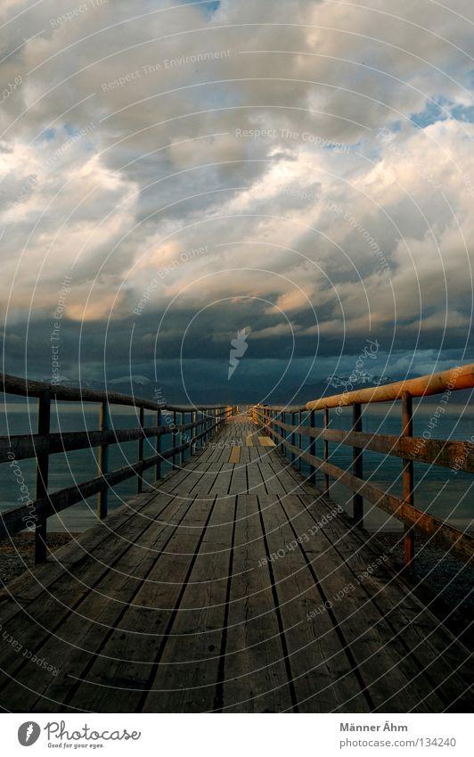 Irgendwo Nirgendwo. See Steg Holz schlechtes Wetter Wolken dunkel braun Unendlichkeit Unwetter Ferne Einsamkeit Himmel Berge u. Gebirge Wasser Gewitter