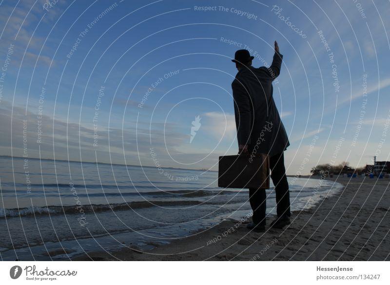 Person 39 Mann Meer Strand Religion & Glaube See Wellen Hoffnung Hut Wut Mantel Koffer Ärger winken Gruß Mafia Verspätung