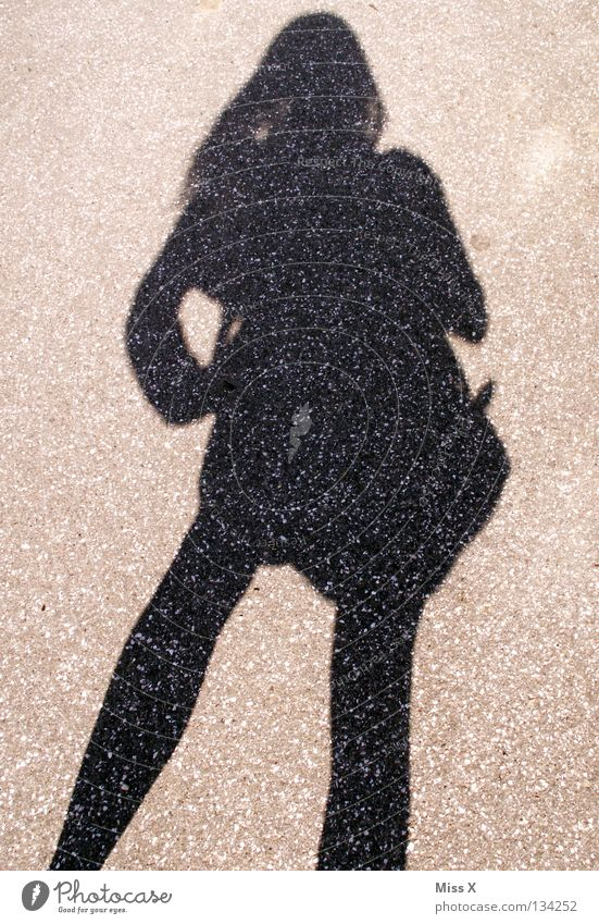 2. beste Freundin Frau schwarz Straße grau Beine Erwachsene Asphalt Kies steinig Schattenspiel