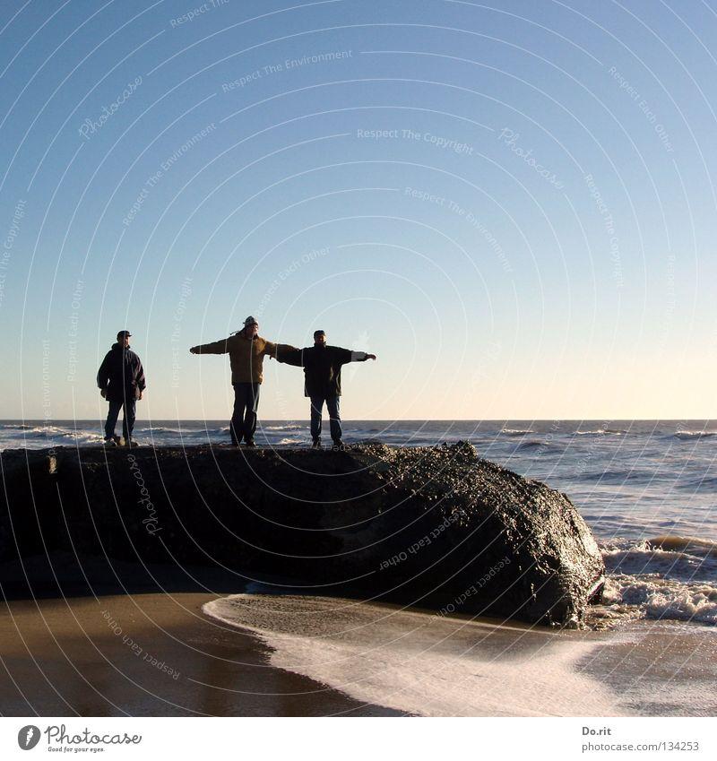 rock on the top blau Wasser Ferien & Urlaub & Reisen Strand Freude Ferne Erholung Sand Küste Freundschaft Familie & Verwandtschaft Wellen Zufriedenheit Zusammensein Felsen nass