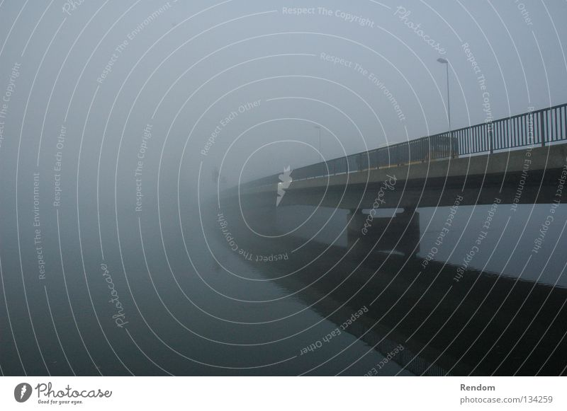 Ins ungewisse Wasser Himmel Freiheit träumen PKW Nebel Brücke Fluss Spiegel Rauch verfallen Bus Säule verloren Straßenbeleuchtung Verlauf
