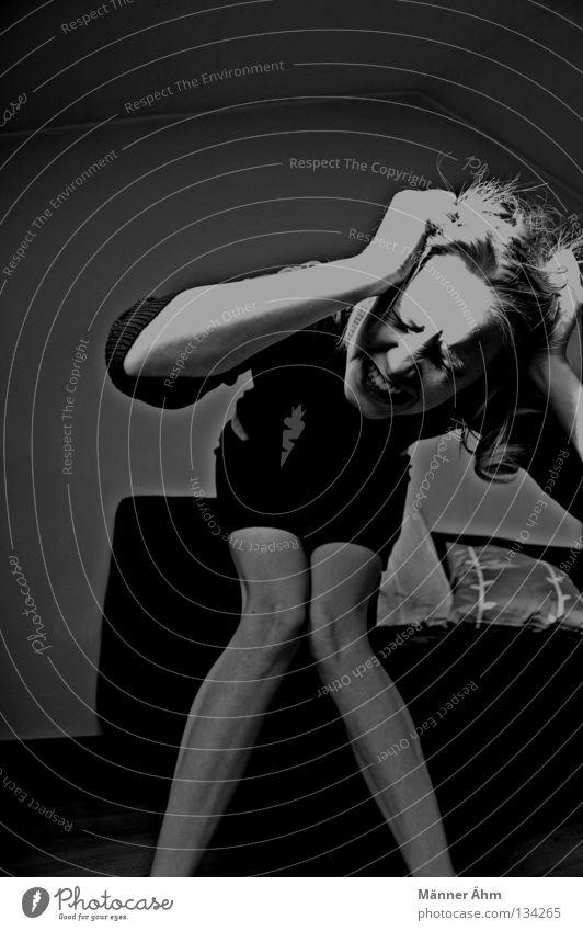 Aaahh Freak out! Frau Wut Anfall schreien ansammeln sprechen Gier Hand überdrüssig Panik Ärger Gefühle Sofa Angst Möbel Denken Wissen Gesicht und Überfluss