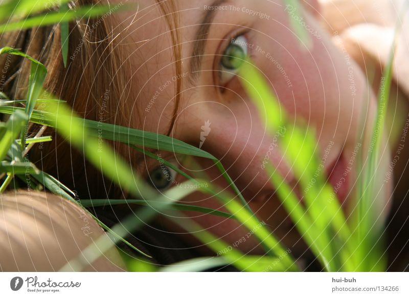 Morgenstund hat Gold im Mund Frau Natur grün Pflanze Sommer Gesicht Auge Wiese Umwelt Gras Wärme lachen Frühling Wetter liegen