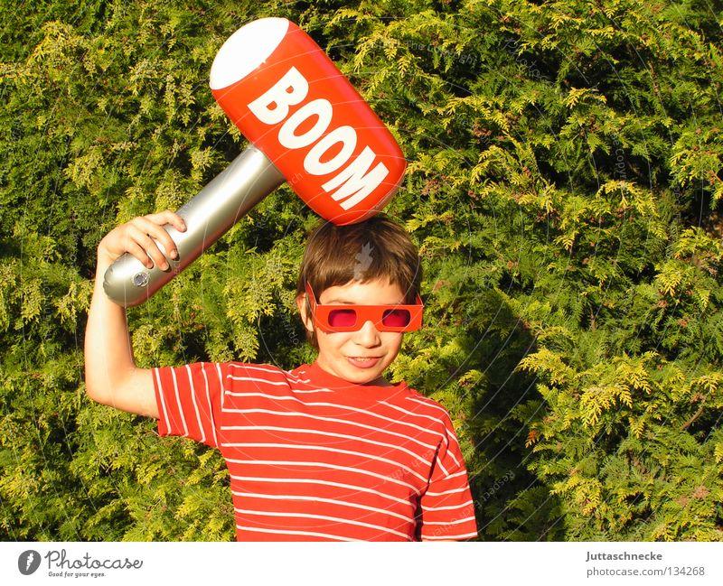 Noch immer bekloppt :-)) Kind grün rot Freude Junge Spielen Garten Kopf Brille Schriftzeichen Buchstaben Spielzeug blasen dumm Sonnenbrille Hecke