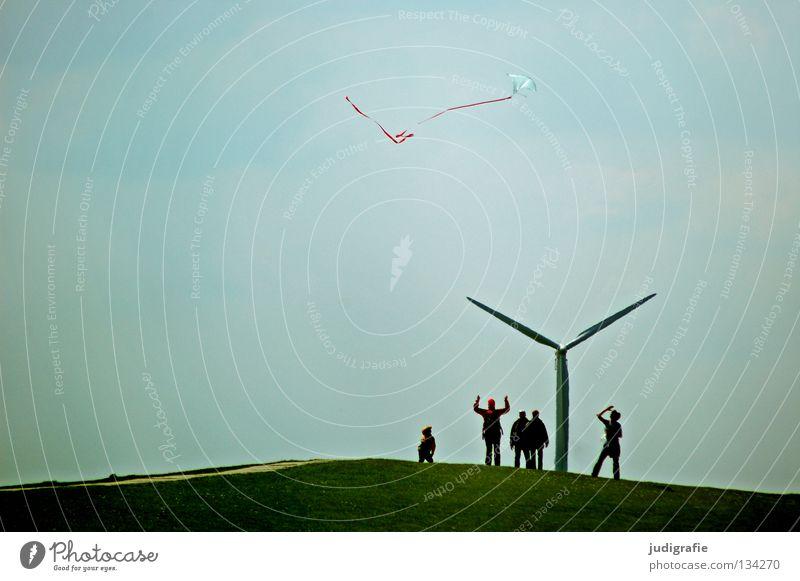 Wochenendfreiluftaktivität Hügel Deich Drache grün Gras Spielen Spielzeug Ferien & Urlaub & Reisen stehen Farbe Funsport Mensch Windkraftanlage Natur Freude