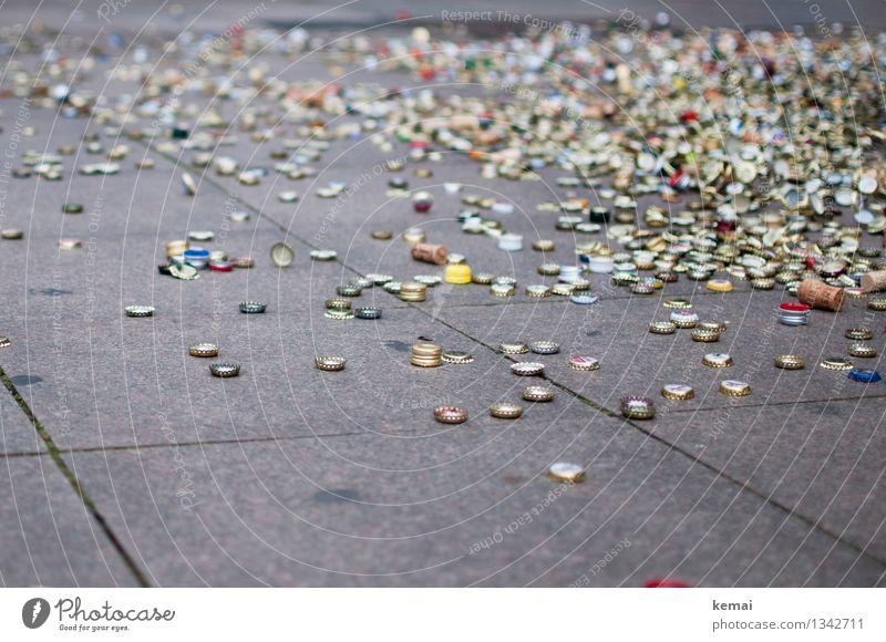 Kronkorkenparty Getränk Party Feste & Feiern Platz liegen authentisch klein viele Müll Wegwerfgesellschaft wegwerfen Bodenplatten Korken Haufen Rest Farbfoto